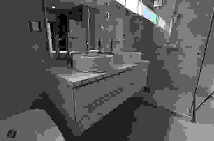 Bathroom by SANTOSA Tecnología en Carpintería,