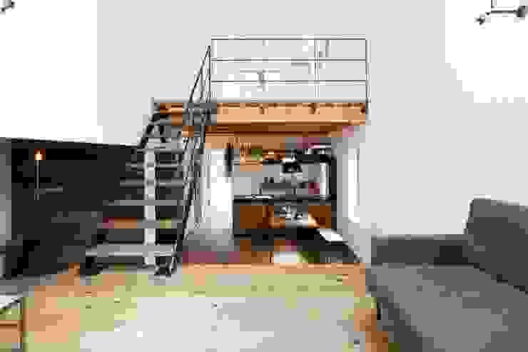 Pasillos, vestíbulos y escaleras industriales de オレンジハウス Industrial