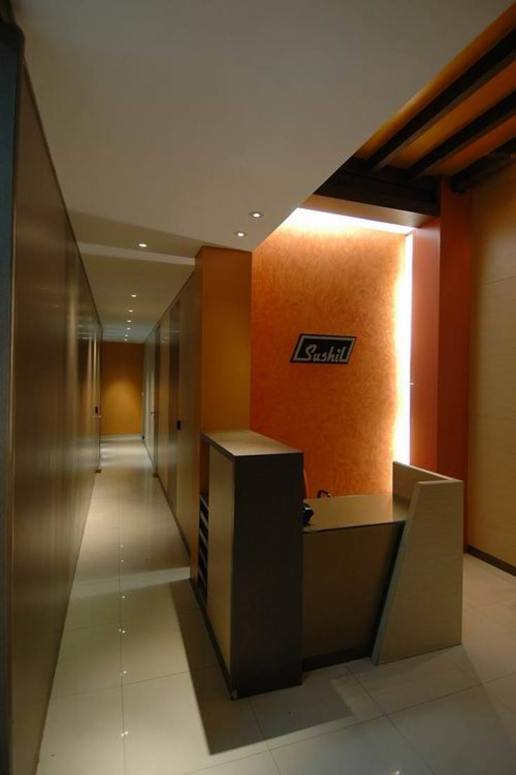 Corridor/ Reception Desk by Studio - Architect Rajesh Patel Consultants P. Ltd Modern