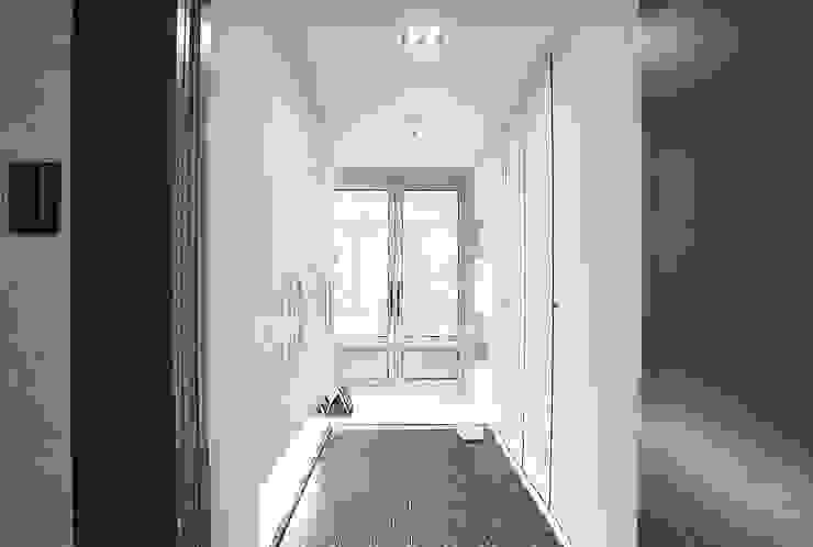 파란색으로 포인트주기. 40평대 아파트 실내 인테리어 디자인 아버 스칸디나비아 복도, 현관 & 계단 파랑