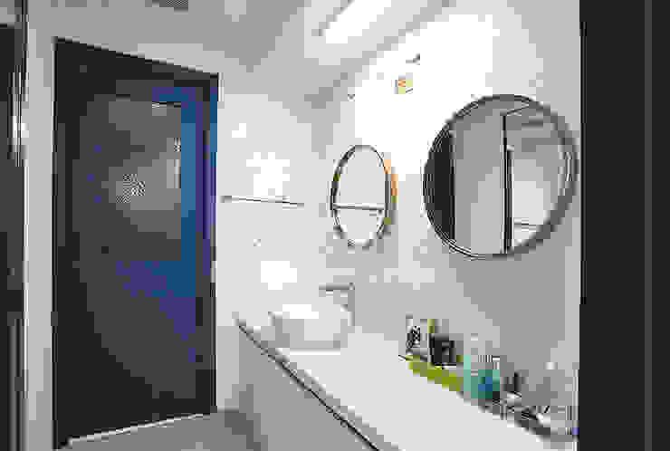파란색으로 포인트주기. 40평대 아파트 실내 인테리어 스칸디나비아 드레싱 룸 by 디자인 아버 북유럽