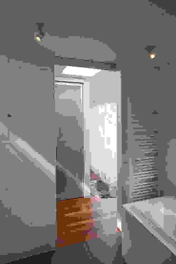 Modern style bathrooms by Studio Leon Thier architectuur / interieur Modern Wood Wood effect