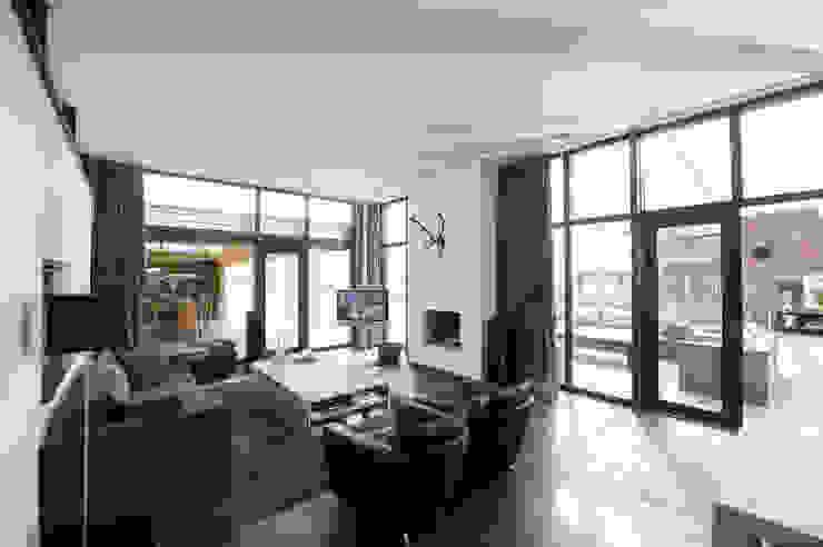 Villa Bleiswijk woonkamer Moderne woonkamers van Studio Leon Thier architectuur / interieur Modern Tegels