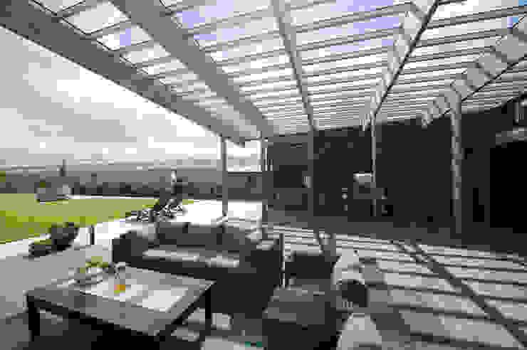 Villa Bleiswijk met glas overdekt buitenterras Moderne balkons, veranda's en terrassen van Studio Leon Thier architectuur / interieur Modern Hout Hout