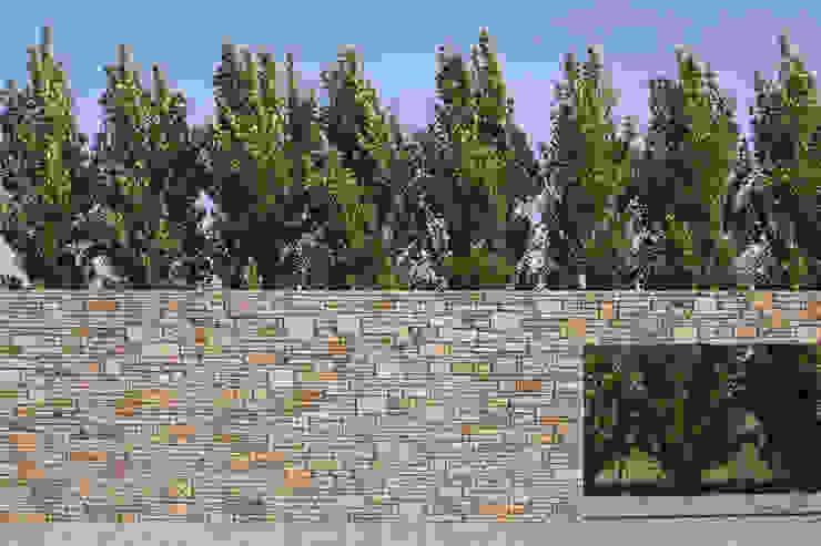 Villa Bleiswijk Indische natuursteen met daarachter een rij populieren van Studio Leon Thier architectuur / interieur Modern Steen