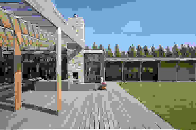 Villa Bleiswijk overdekt buitenterras met openhaard Moderne balkons, veranda's en terrassen van Studio Leon Thier architectuur / interieur Modern Hout Hout