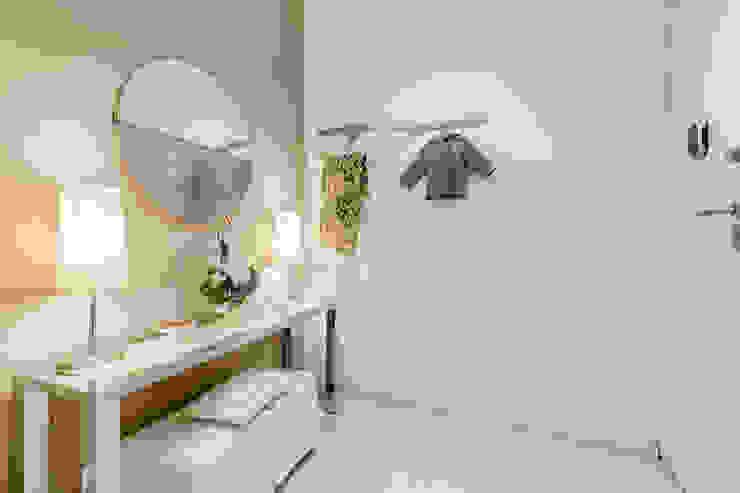 現代風玄關、走廊與階梯 根據 MakeUp your Home 現代風