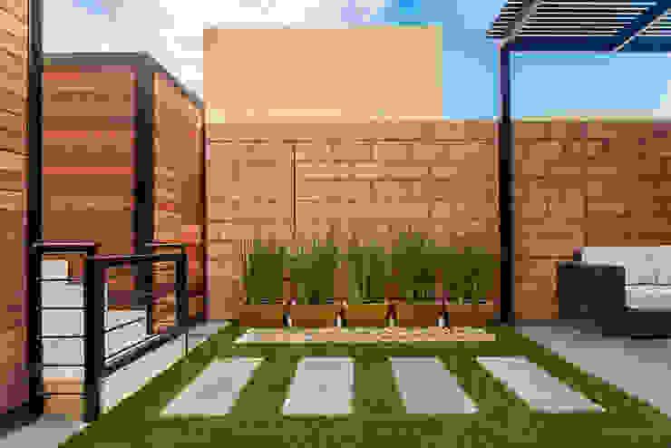 Modern Garden by S2 Arquitectos Modern
