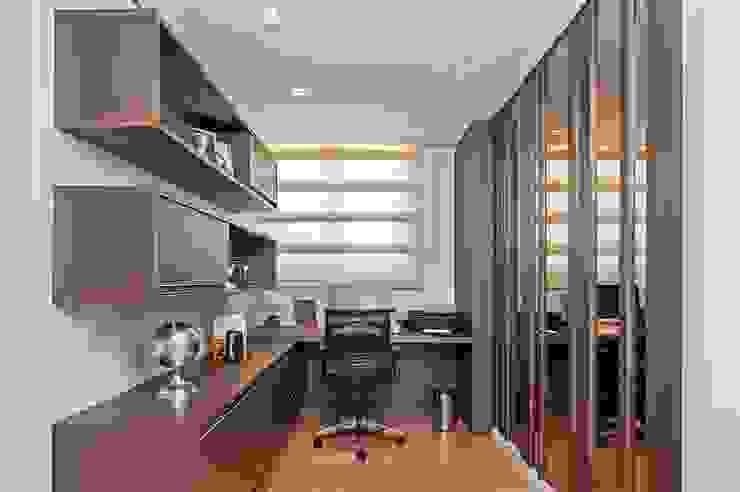 Ruang Studi/Kantor Modern Oleh Carolina Kist Arquitetura & Design Modern