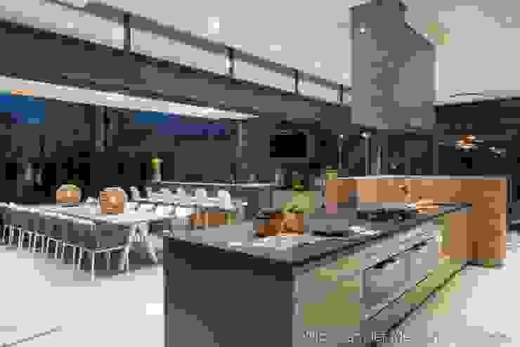 Kitchen & Outdoor Dining by Nico Van Der Meulen Architects Modern