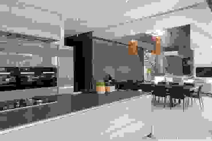 Kitchen & Dining Modern kitchen by Nico Van Der Meulen Architects Modern