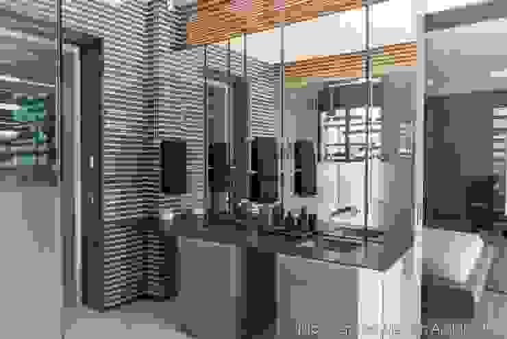 Main Bedroom En-Suite Bathroom Modern bathroom by Nico Van Der Meulen Architects Modern