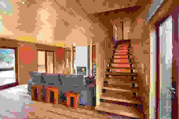 Moderner Flur, Diele & Treppenhaus von RUSTICASA Modern Holz Holznachbildung