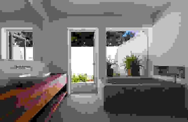 Mediterrane Badezimmer von Alejandro Giménez Architects Mediterran Beton