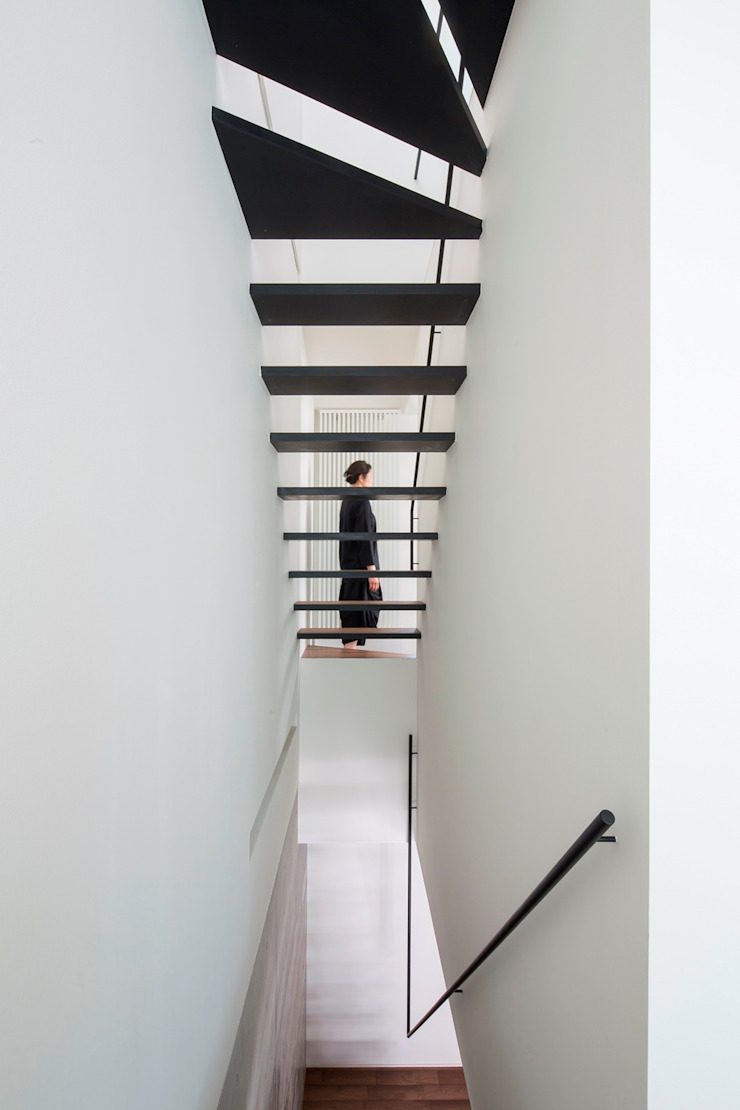 Modern Corridor, Hallway and Staircase by 今井賢悟建築設計工房 Modern Solid Wood Multicolored