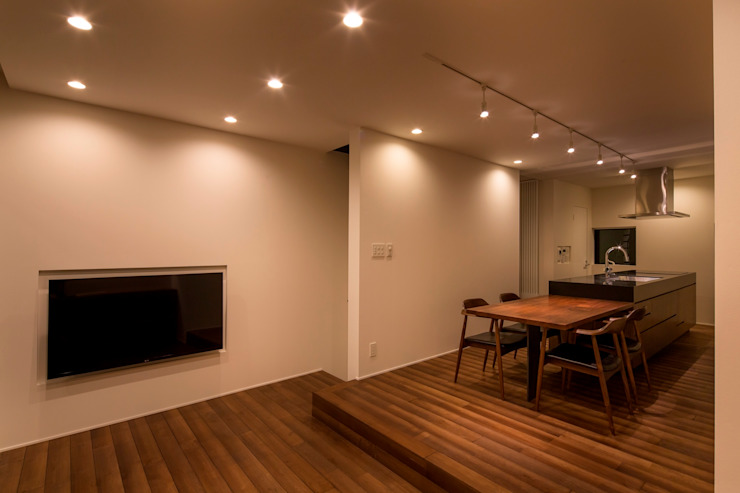 Modern Dining Room by 今井賢悟建築設計工房 Modern Solid Wood Multicolored
