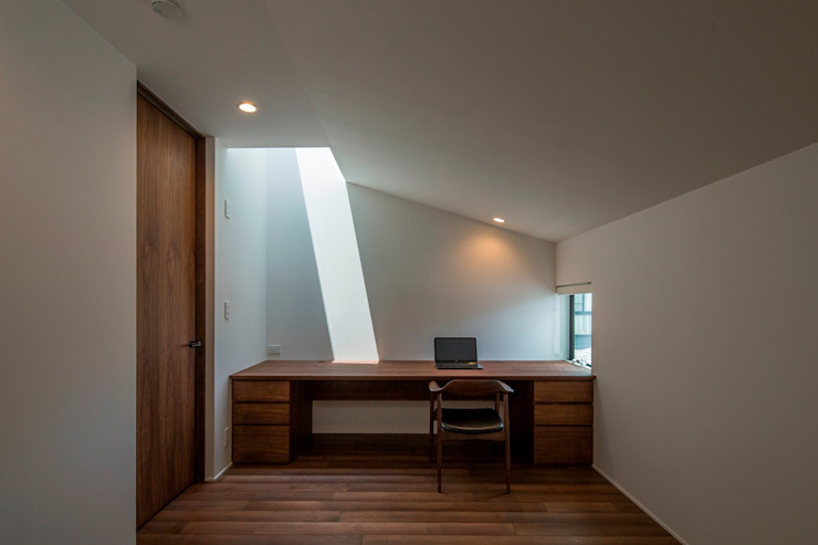 Modern Study Room and Home Office by 今井賢悟建築設計工房 Modern Solid Wood Multicolored