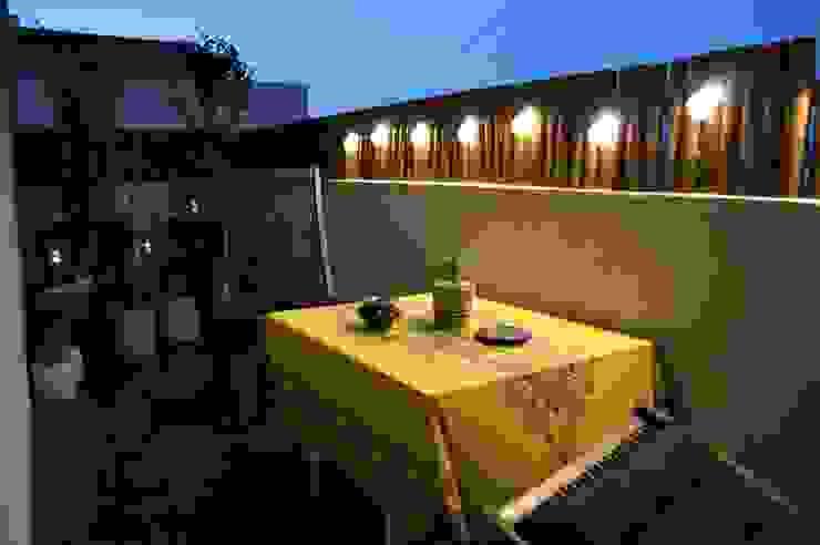 Un petit balcon de ville convivial: Terrasse de style  par  Les Jardins de Marion , Méditerranéen