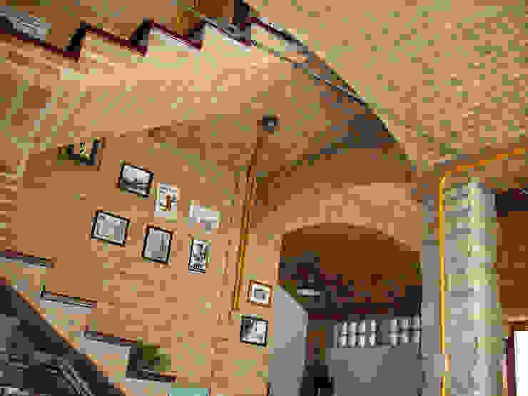 Pasillos y vestíbulos de estilo  por JMN arquitetura, Rústico Ladrillos