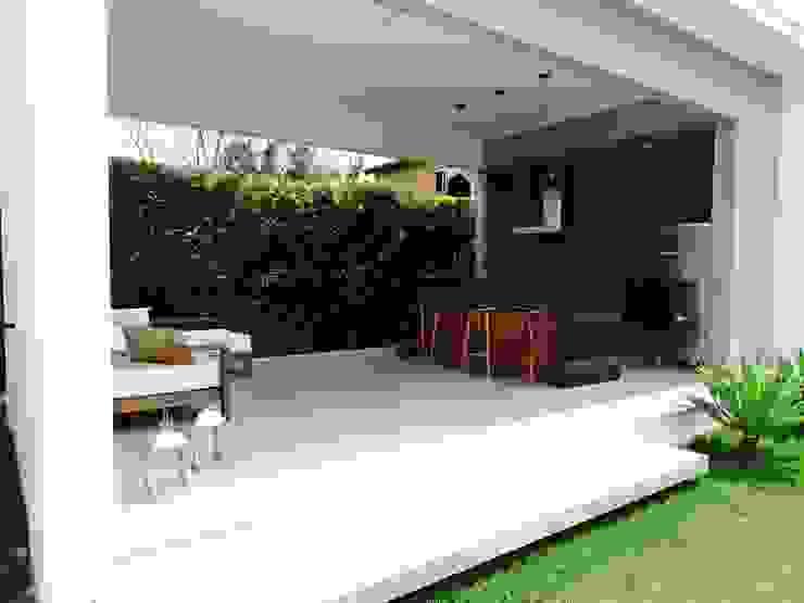 Balcones y terrazas modernos de Fabiana Nishimura Arquitetura Moderno