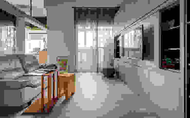 Living room by 齊禾設計有限公司, Minimalist Wood-Plastic Composite