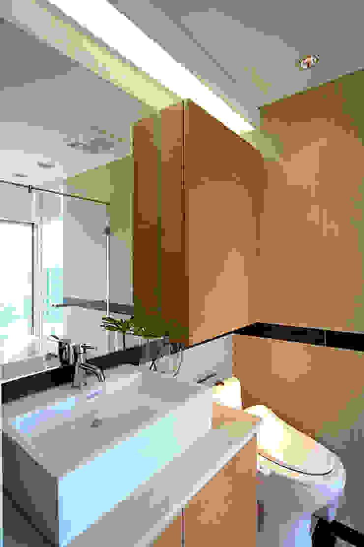 大直黃宅 現代浴室設計點子、靈感&圖片 根據 四一室內裝修有限公司 現代風