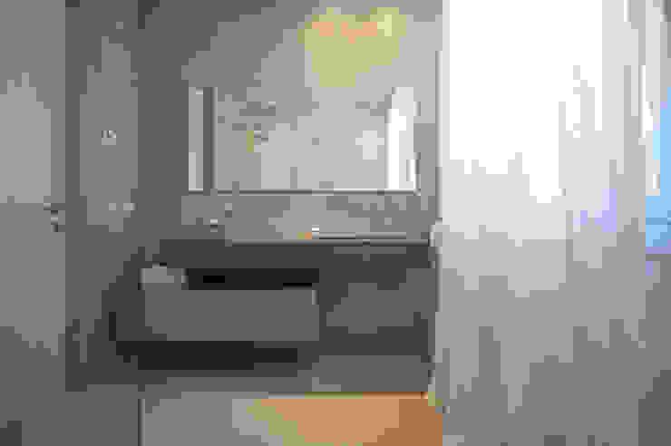 Baños de estilo  por QUADRASTUDIO, Moderno