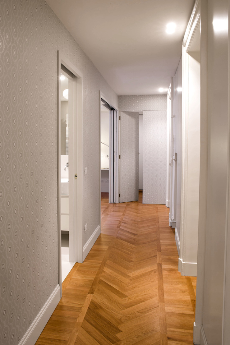 Chantal Forzatti architetto Modern corridor, hallway & stairs Solid Wood Grey