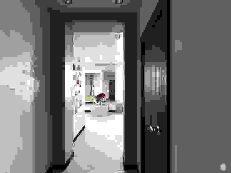 Квартира – студия <q>White bricks</q> Коридор, прихожая и лестница в модерн стиле от 2GO Design Studio Модерн Дерево Эффект древесины