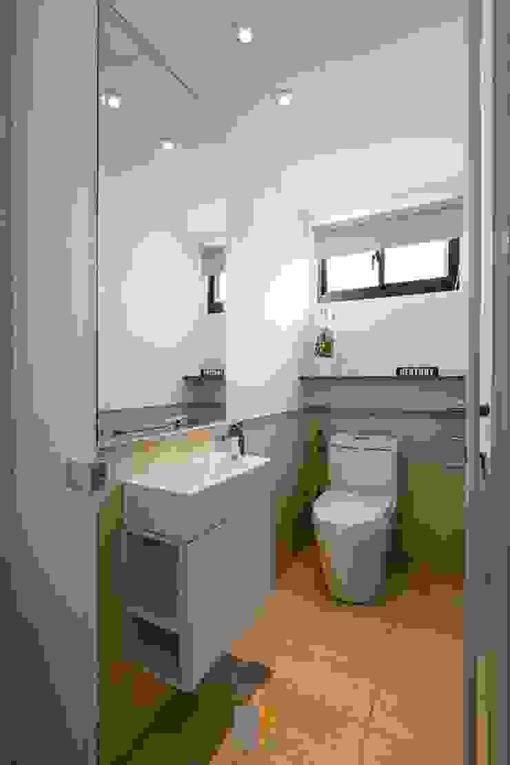 原.敘 現代浴室設計點子、靈感&圖片 根據 築川設計 現代風