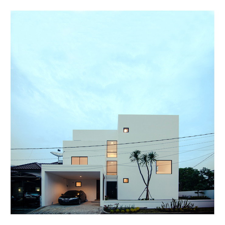 NIght View Tampak Depan Ahouse:  Rumah by studiopapa