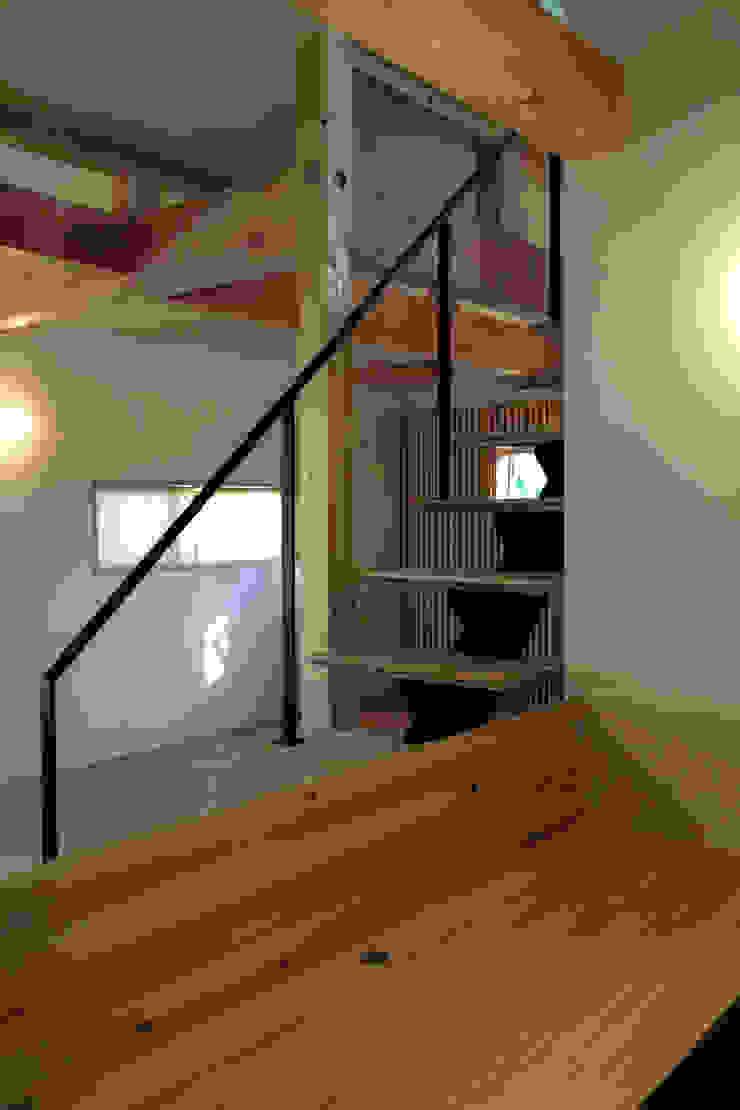 Pasillos, vestíbulos y escaleras de estilo clásico de エムアイ.アーキテクト Clásico