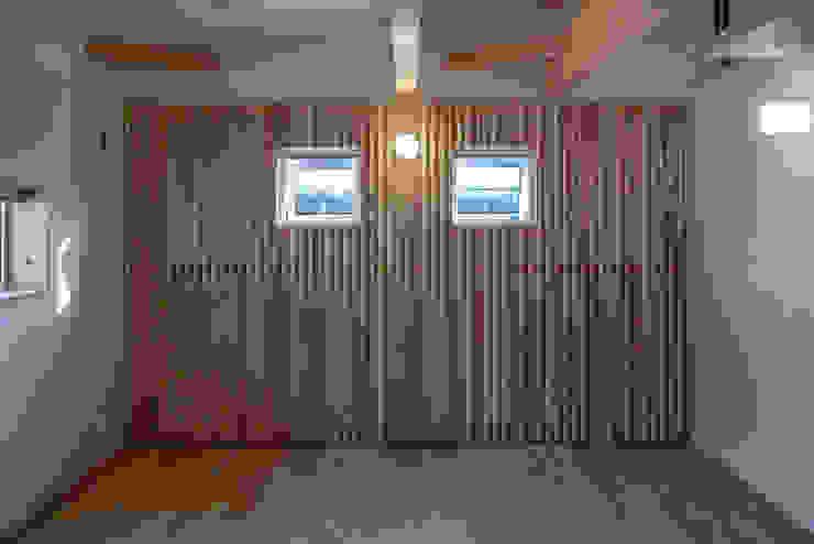 Puertas y ventanas de estilo clásico de エムアイ.アーキテクト Clásico