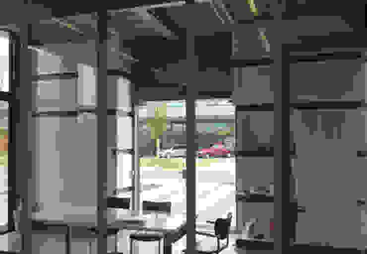 Entree met maatwerk kasten Moderne kantoorgebouwen van YA Architecten Modern