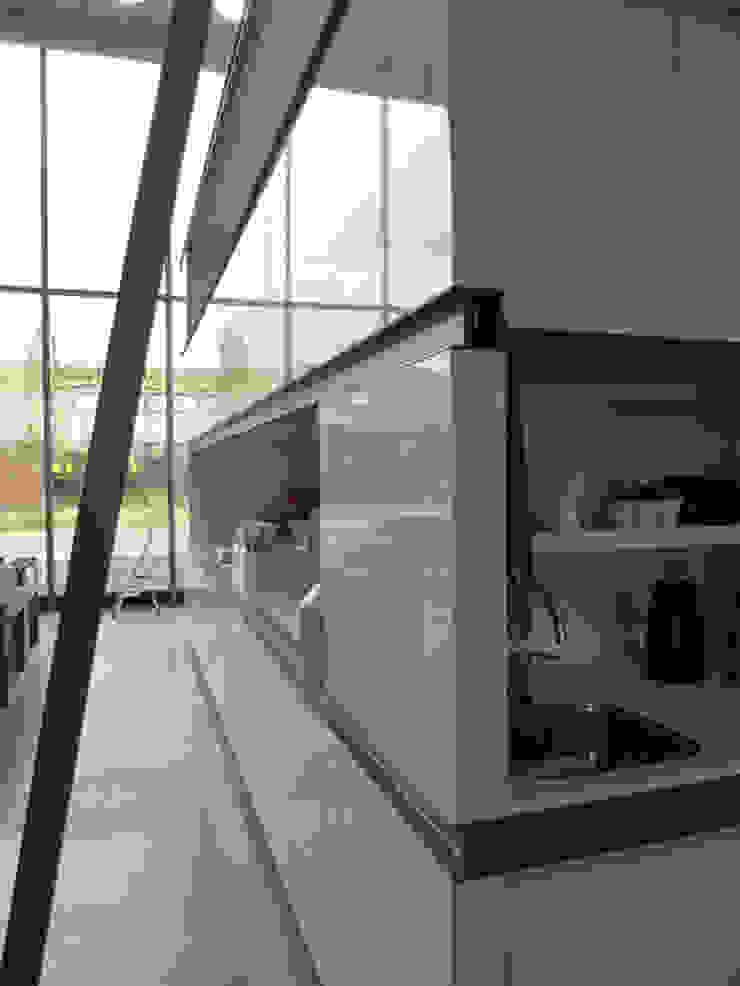 Maatwerk kast met pantry Moderne kantoorgebouwen van YA Architecten Modern