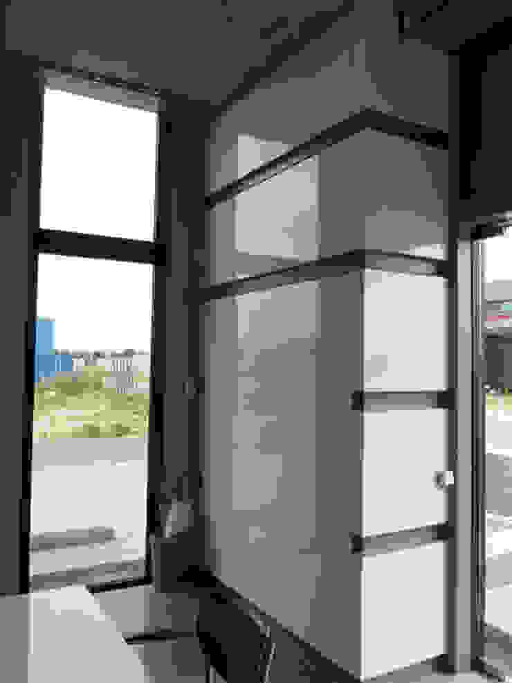 Maatwerk kast entree en ontvangstruimte kantoor Moderne kantoorgebouwen van YA Architecten Modern