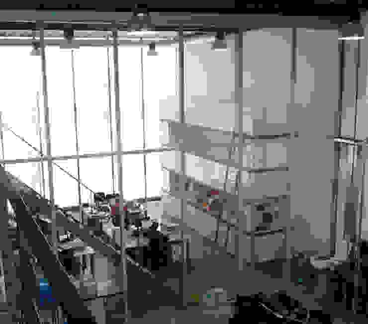 Kast op maat voor hoge kantoorruimte Moderne kantoorgebouwen van YA Architecten Modern