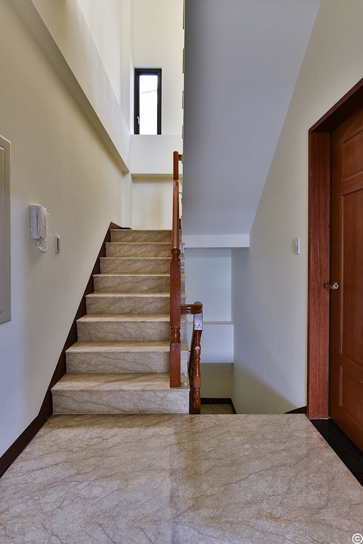 Modern corridor, hallway & stairs by 讚基營造有限公司 Modern