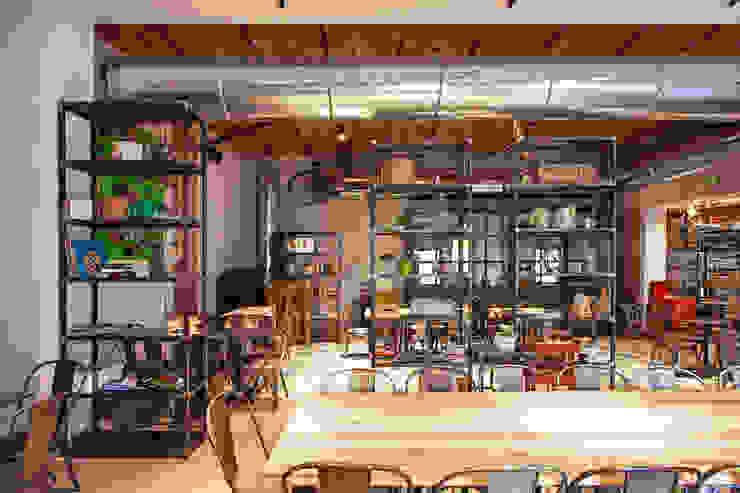 Paredes y pisos de estilo industrial de Chantal Forzatti architetto Industrial