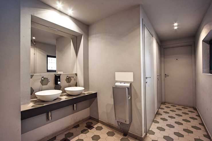 Baños de estilo industrial de Chantal Forzatti architetto Industrial