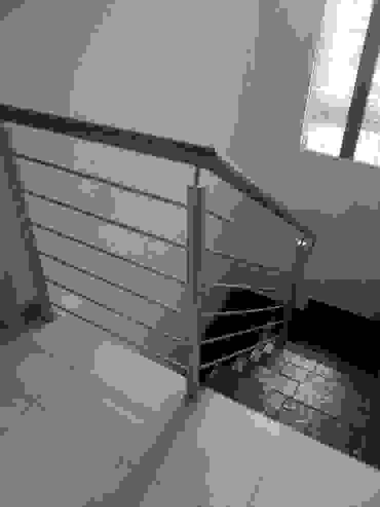 Barandas para escaleras. omarfranco57 Pasillos, vestíbulos y escaleras de estilo clásico Hierro/Acero Gris