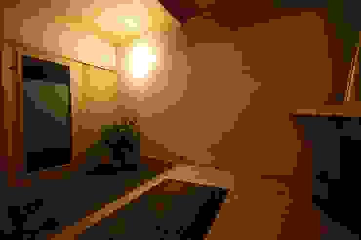 安藤建築設計工房 Modern corridor, hallway & stairs Wood Wood effect