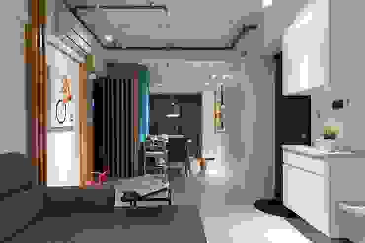 輕.透 现代客厅設計點子、靈感 & 圖片 根據 築川設計 現代風