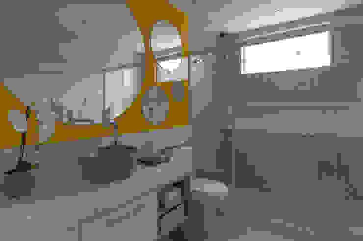 Modern Bathroom by MORSCH WILKINSON arquitetura Modern Glass