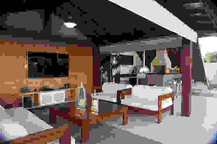 Lounge da piscina Salas de estar rústicas por MORSCH WILKINSON arquitetura Rústico Madeira Efeito de madeira