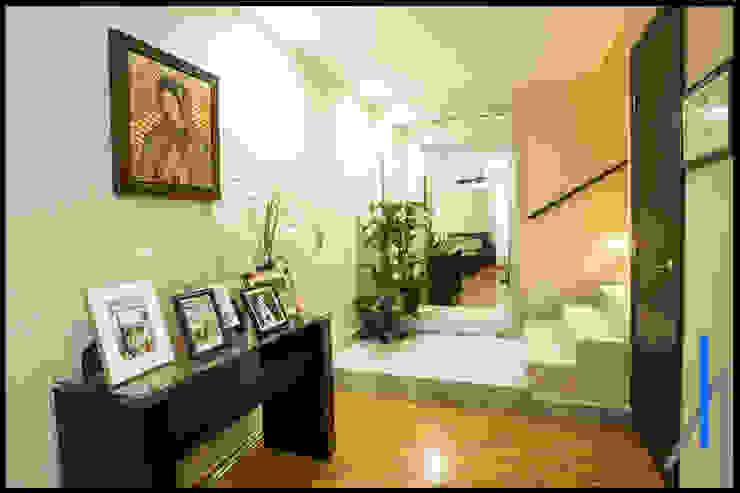 RECIBIDOR Pasillos, vestíbulos y escaleras de estilo minimalista de homify Minimalista Madera Acabado en madera