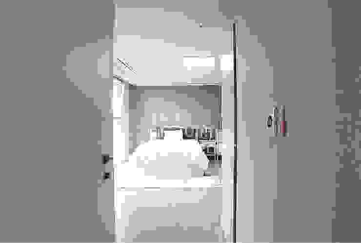 적은 비용으로 집안 분위기 싹 바꿀수있어요. 청라푸르지오 리모델링 후기 모던스타일 침실 by 디자인 아버 모던