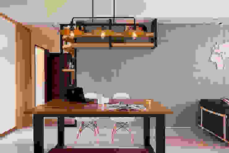 餐廳與主臥隱藏門(闔) 根據 趙玲室內設計 工業風