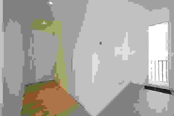 Mansarda T Laboratorio di Progettazione Claudio Criscione Design Ingresso, Corridoio & Scale in stile moderno