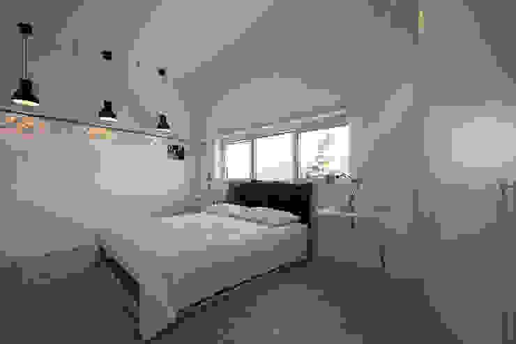 Mansarda T Laboratorio di Progettazione Claudio Criscione Design Camera da letto moderna